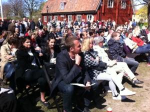 Engagerad publik lyssnar när Joel Hamberg talar