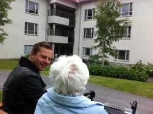 Joel Hamberg i samtalar med boende på Tunagården
