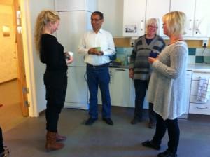Eva Olofsson och Firat Nemrud samtalar med personalen på Beroendecentrum