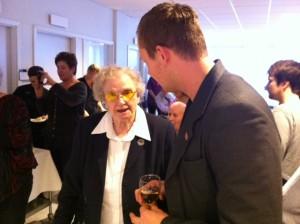 Joel i samtal med en kvinna på Lagersbergsgården
