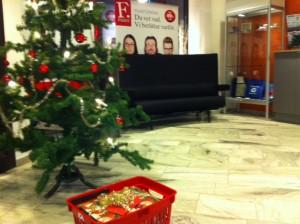 Det tunga paketet står under julgranen i tidningens reception, på väg upp till redaktionen för överlämning