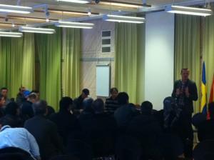 Joel Hamberg talar på Kurdiska föreningens årsmöte.