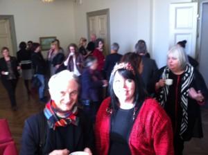Maria Forsberg och Alar Kuutmann utanför fullmäktigesalen