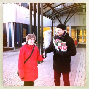 Joel Hamberg delar ut en blomma