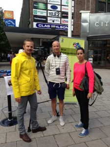 Joel Hamberg, tillsammans med reporter Carl från SVT och Najat Mokrane, flyktingguide i Eskilstuna.