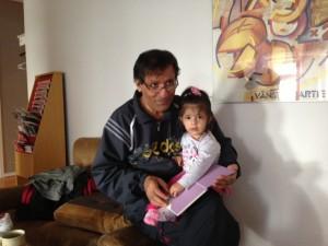 Firat Nemrud läser för sin dotter