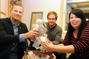 Joel Hamberg, Kristofer Pehrsson och Maria Forsberg överlämnar 35 453 kr till Tidningen Folket